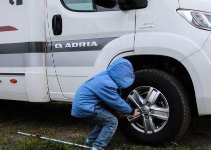 Tim wechselt die Reifen